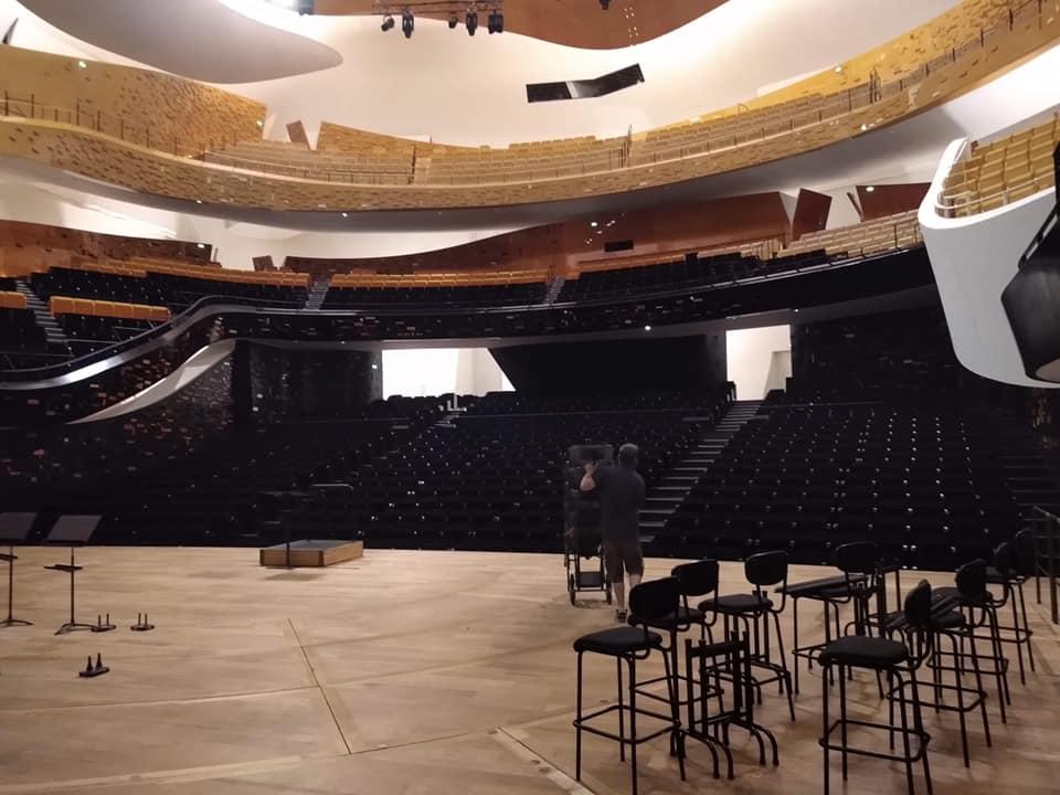 Wizyta MDK transport pianin i fortepianów w paryskiej filharmonii.