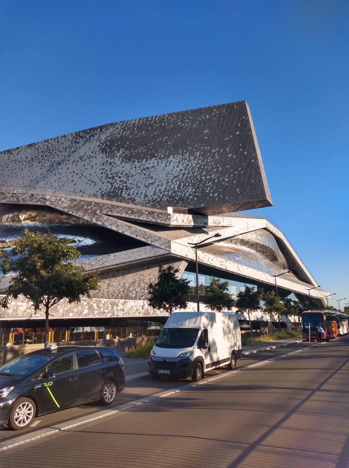 Budynek paryskiej filharmonii.